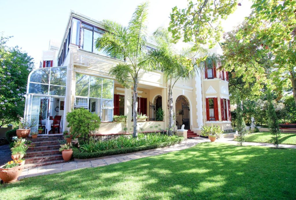Carmichael Guesthouse is situated below Rhodes Memorial in Rosebank. The commercial centres of Rondebosch and Claremont are a few miles away. Cape Town International Airport is 15 minutes' drive away.